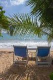 在一个离开的海滩的椅子 假日和假期概念 库存照片