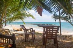 在一个离开的海滩的椅子 假日和假期概念 库存图片