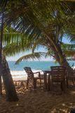 在一个离开的海滩的椅子 假日和假期概念 图库摄影