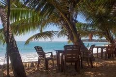 在一个离开的海滩的椅子 假日和假期概念 免版税图库摄影