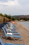在一个离开的海滩的Sunbeds 图库摄影