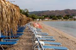 在一个离开的海滩的Sunbeds 免版税库存图片