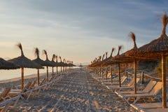 在一个离开的热带手段海滩的日出 图库摄影