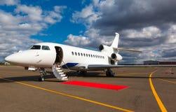 在一个私人喷气式飞机的梯子 免版税库存图片