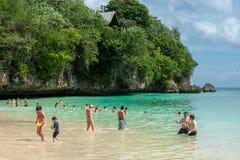 在一个私有海滩的旅游游泳在巴厘岛 免版税库存照片