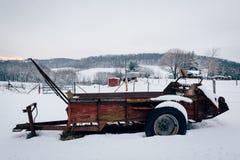 在一个积雪的领域的农场设备在农村卡洛尔县, 免版税库存照片