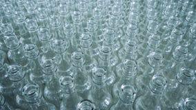 在一个移动的平台一起堆积的玻璃瓶 股票录像