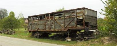 在一个空地的老汽车拖车kung 免版税库存照片