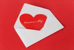 在一个空白信包的猩红色重点 图库摄影