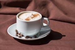 在一个空白杯子的咖啡 免版税库存照片