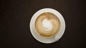 在一个空白杯子的热奶咖啡 免版税库存图片