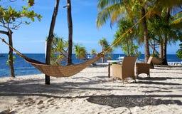 在一个空白沙子热带海滩的吊床在Malapascua海岛,菲律宾 图库摄影