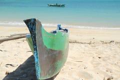 在一个空白海滩的渔夫的小船 库存照片