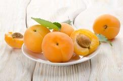 在一个空白牌照的杏子 免版税库存图片