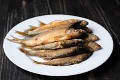 在一个空白牌照的油煎的鱼 免版税图库摄影