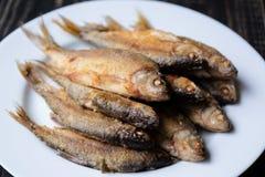 在一个空白牌照的油煎的鱼 库存图片