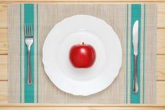 在一个空白牌照的红色苹果 图库摄影