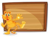 在一个空白的委员会前面的一只老虎 免版税库存图片