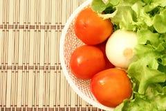 在一个空白篮子的新鲜蔬菜 库存照片