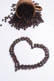 从在一个空白背景查出的咖啡豆的重点 库存图片