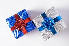 在一个空白背景的圣诞节礼品 免版税库存照片