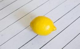 在一个空白背景的柠檬 免版税库存图片