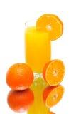 在一个空白背景的橙汁和蜜桔 图库摄影