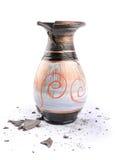 在一个空白背景的残破的花瓶 免版税库存照片