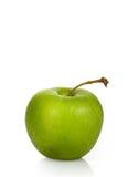 在一个空白背景的湿绿色苹果 库存图片