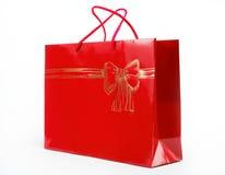 在一个空白背景的红色礼品袋子。 库存图片