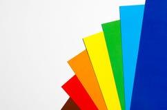 在一个空白背景的色纸 免版税库存图片
