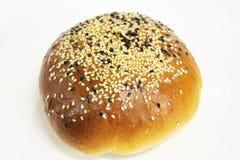 在一个空白背景的芝麻面包 库存照片