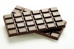 在一个空白背景的黑暗的巧克力牌照 免版税库存照片