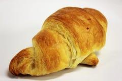 在一个空白背景的黄油新月形面包 库存图片