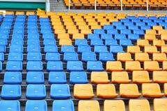 在一个空的体育场内供以座位正面看台。 图库摄影