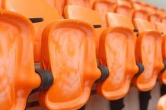 在一个空的体育场内供以座位正面看台 图库摄影