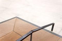 在一个空的冰鞋公园跳跃有路轨的箱子 免版税库存图片