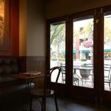 在一个空的咖啡馆的下午 库存照片