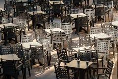 在一个空的咖啡馆的表和椅子 库存图片