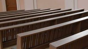 在一个空的天主教会里面 教徒的木座位 股票录像