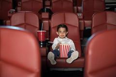 在一个空的戏院的孩子观看的电影 免版税库存图片