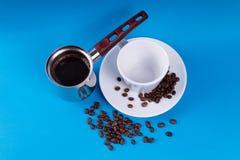 在一个空的杯子旁边的咖啡罐 免版税库存图片