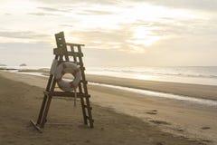 在一个空的海滩的救生员椅子 库存图片