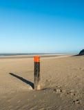 在一个空的海滩的木杆在北海 库存图片