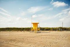 在一个空的海滩的黄色救生员岗位 库存图片