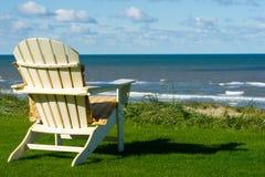 在一个空的草甸的一张海滩睡椅 库存照片