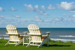 在一个空的草甸的二张海滩睡椅 免版税图库摄影