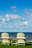 在一个空的草甸的二张海滩睡椅 图库摄影