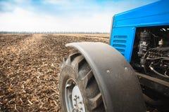 在一个空的领域的老蓝色拖拉机特写镜头 农机,野外工作 库存图片