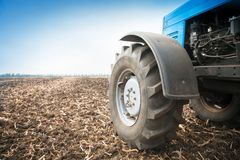 在一个空的领域的老蓝色拖拉机特写镜头 农机,野外工作 库存照片